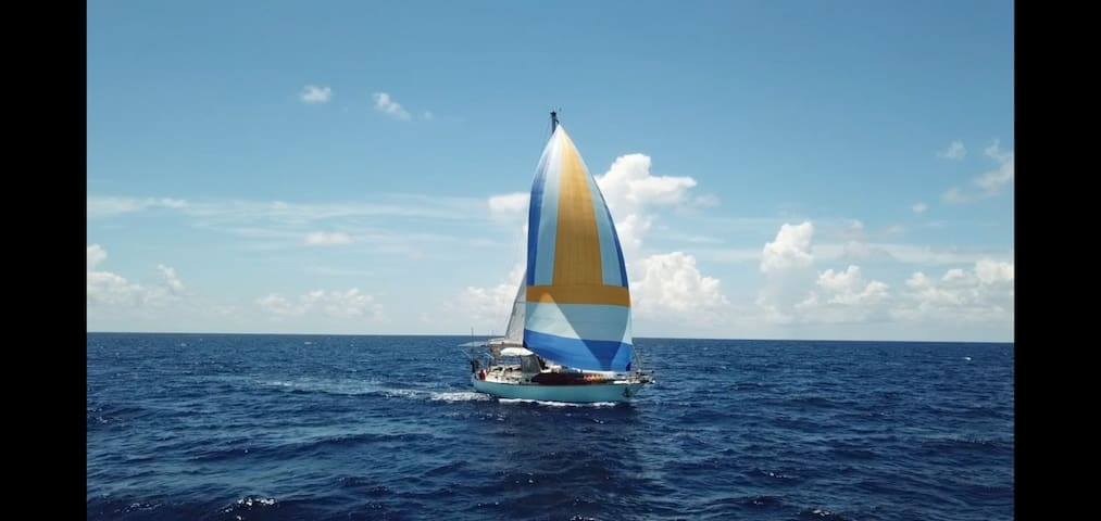 Lovely 38ft Sailboat in the Bay of Isla Mujeres