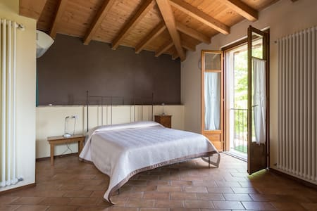 Spaziosa camera per 4 persone - Castellaro Lagusello - Bed & Breakfast