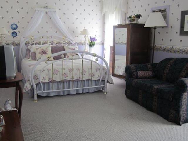 Amber Rose Inn  ~ The Pansy Room