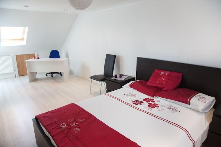 Huge family room, ensuite & b/fast  - Wembley - Bed & Breakfast