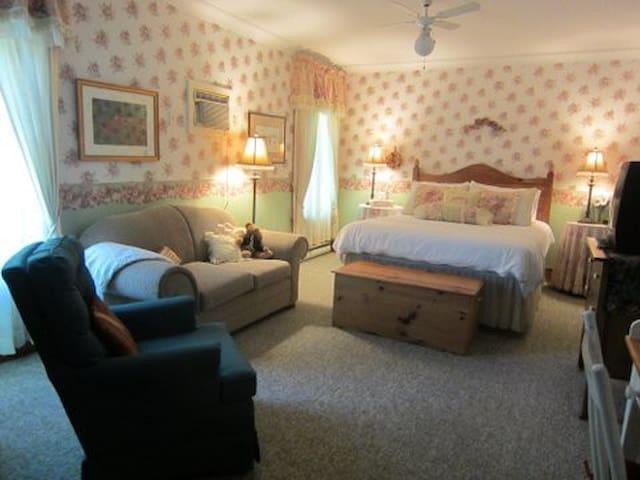 Amber Rose Inn~Rambling Rose Room