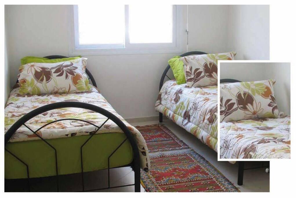 une éEme chambre avec 2 lits