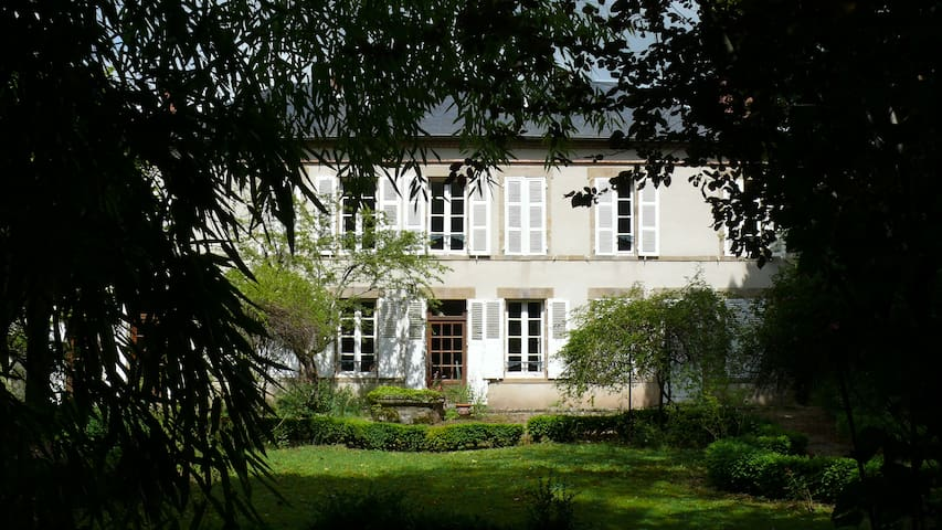Mansion house, large park - Saint-Menoux - Huis