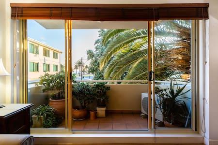 Sunny Apartment  St Kilda Beach