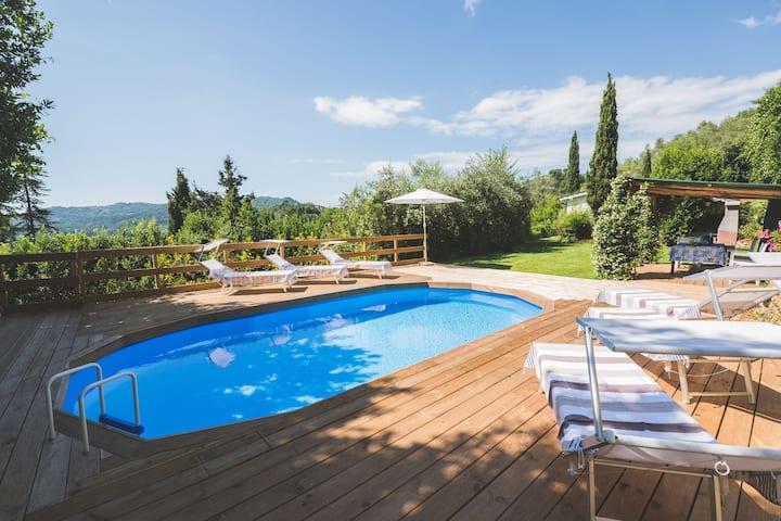 Bella casa con piscina, moderna di lusso nel verde
