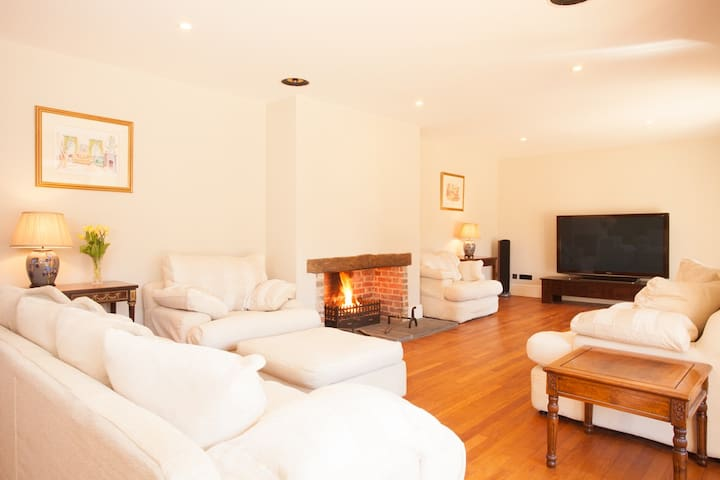 Sussex Coach House with log fire, Mayfield