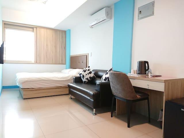 401藝之宿---獨立洗衣機、衛浴、大窗戶、雙人沙發雙人床、超大間4樓、近民權MRT、免費Wi-fi