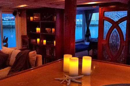 Luxury stateroom on a private 80' classic yacht - Oakland