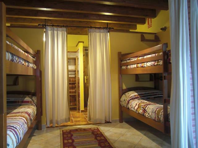 amplio y bonito dormitorio con literas