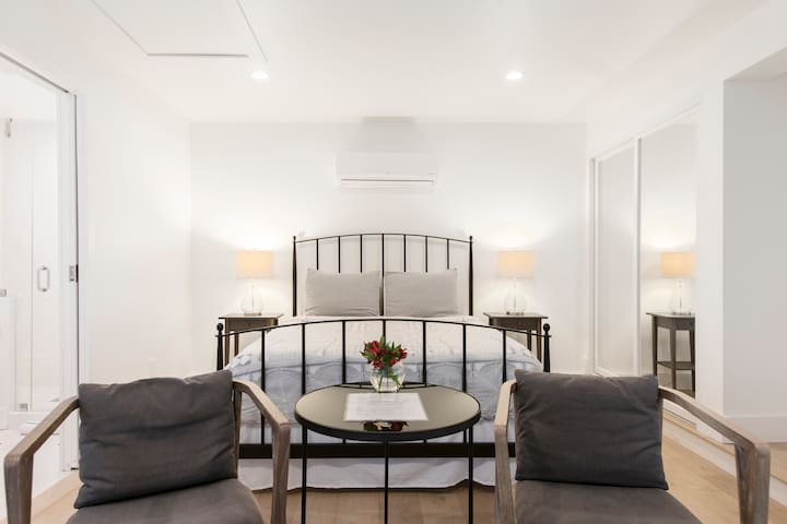 Private Guest Room in Wilshire Park