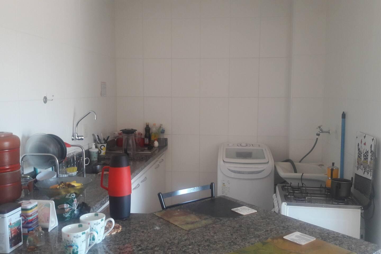 Maquina de lavar e utensílios para cozinhar.