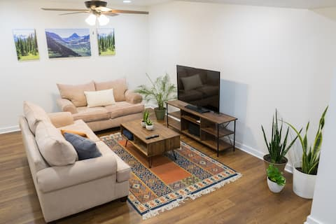 Renovated Private Suite, 1/2 mile to Downtown Mall