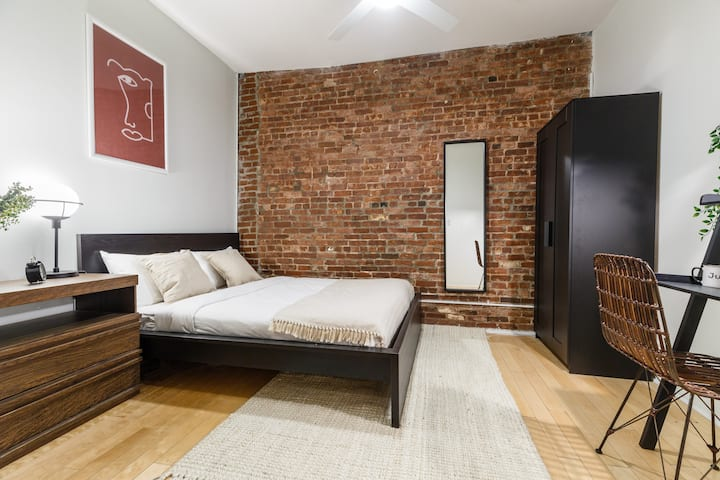 Spacious Queen Room in Tribeca
