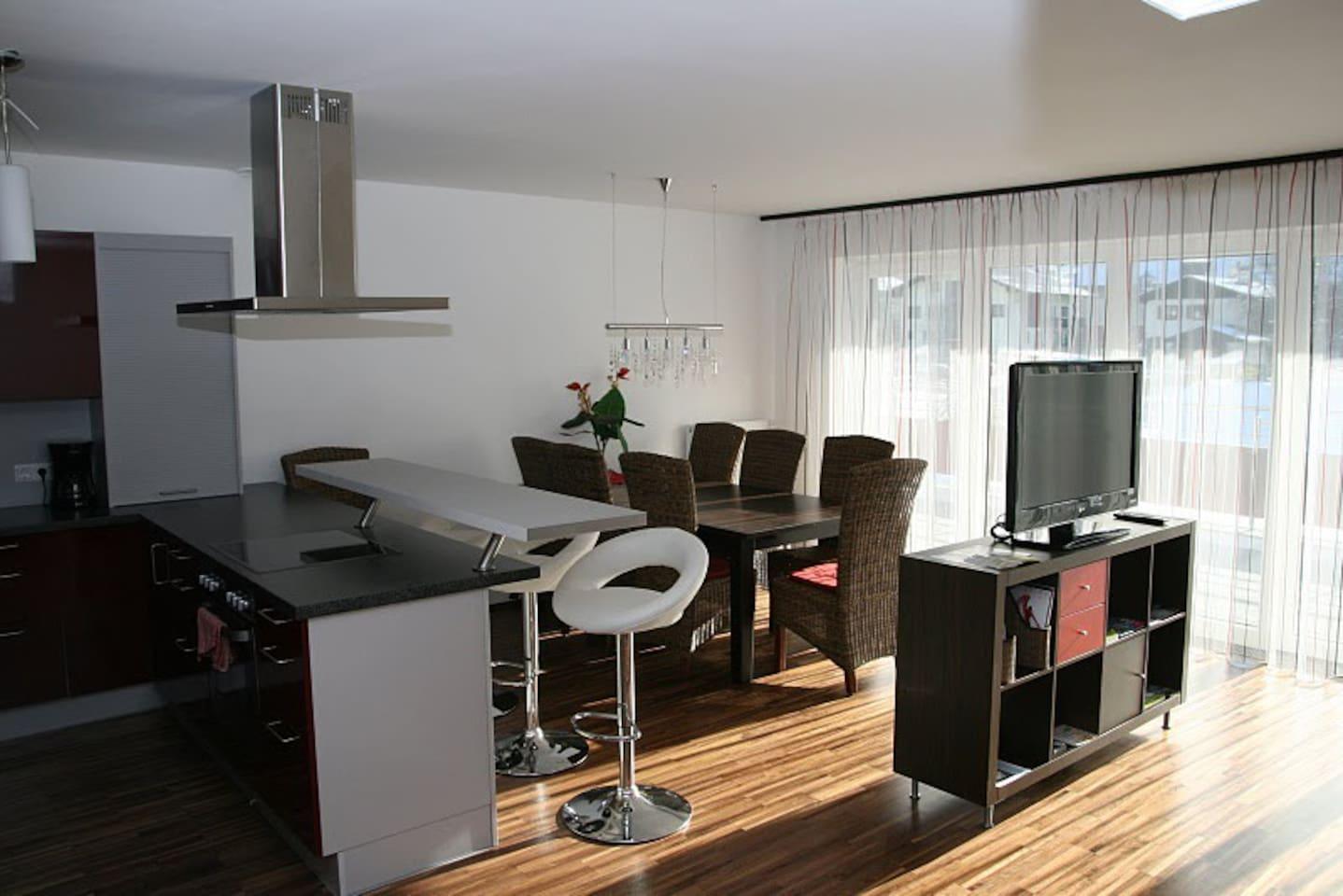 der große Wohnraum mit Küchenzeile
