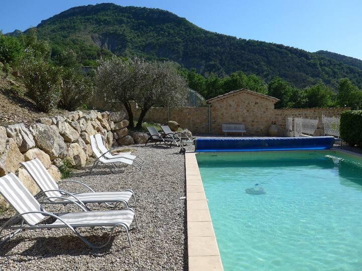 Calme et repos avec piscine et vue panoramique