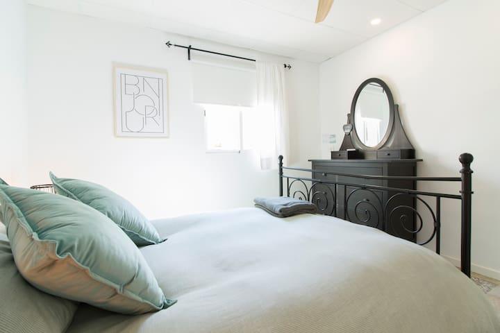 Habitación recién reformada con mobiliario completamente nuevo.