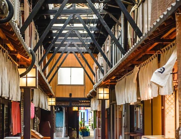 HostelAct【ドミ】ゲストハウス城崎温泉へ電車で10分レトロ木造市場旅人と街の人が乾杯できる宿