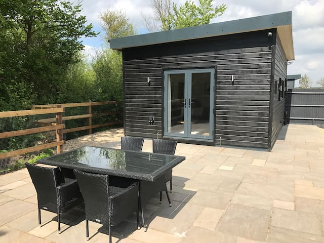 May Bank Holiday in Stunning Cabin near Legoland - Windsor and Maidenhead - Houten huisje