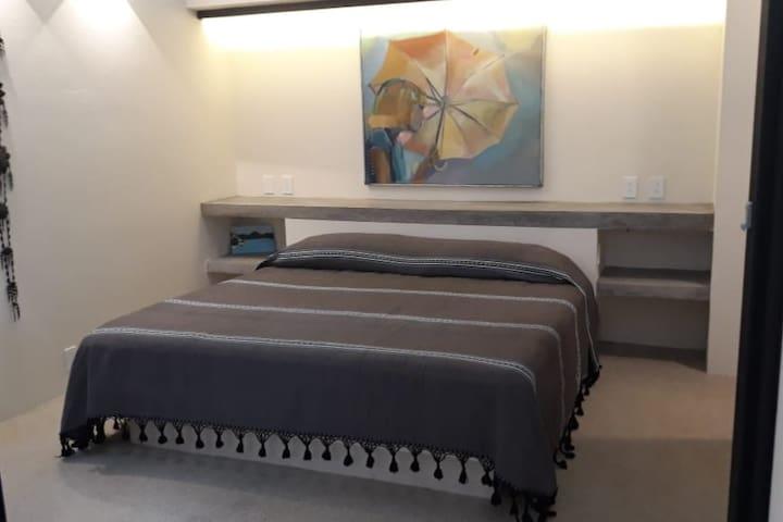 Vista de la recamara principal que cuenta con una cama king size.