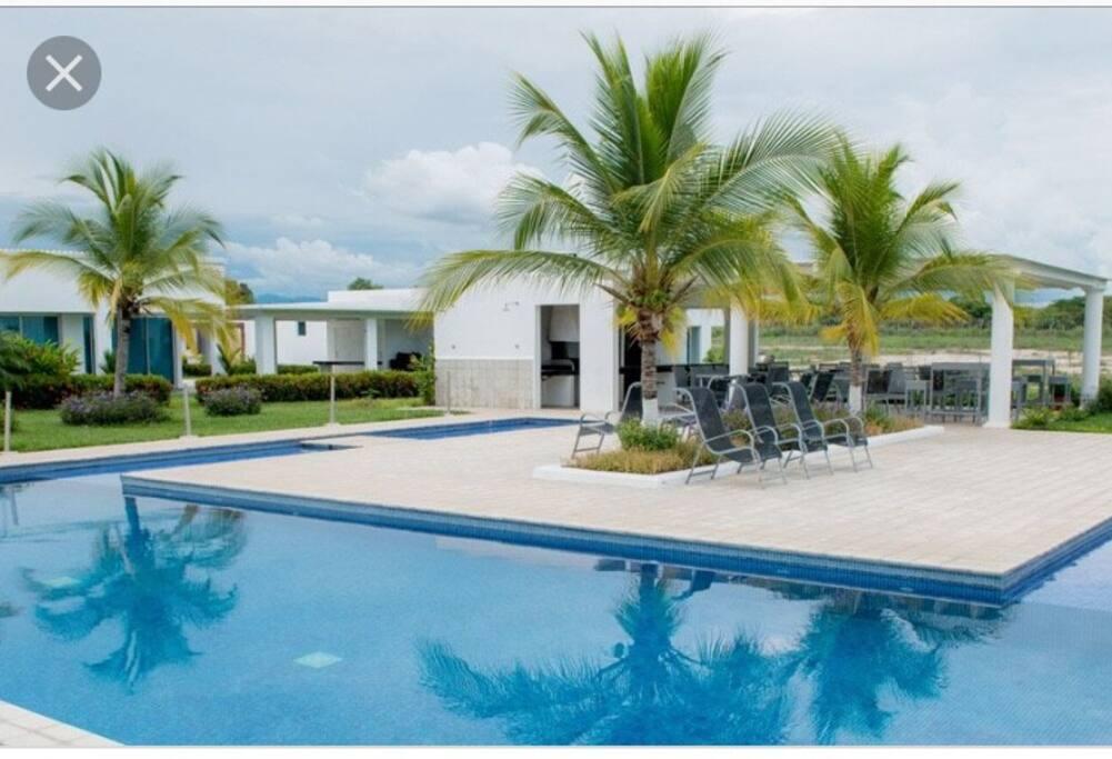 Nuestro acceso es directo a la piscina como si perteneciera al patio de la casa