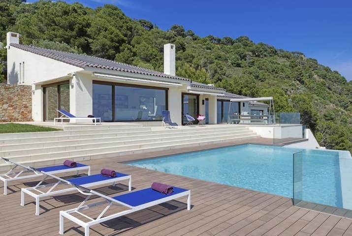 Exclusive property with modern design, and with fantastic views of the sea and the bay of