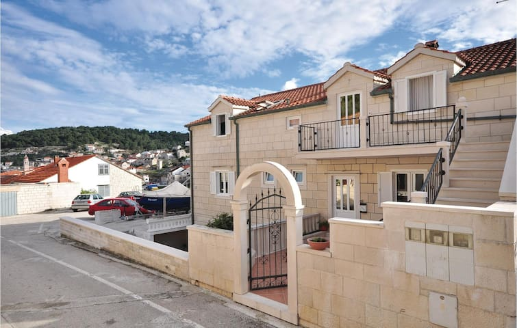 Spacious apartment in Pucisca for 8 persons