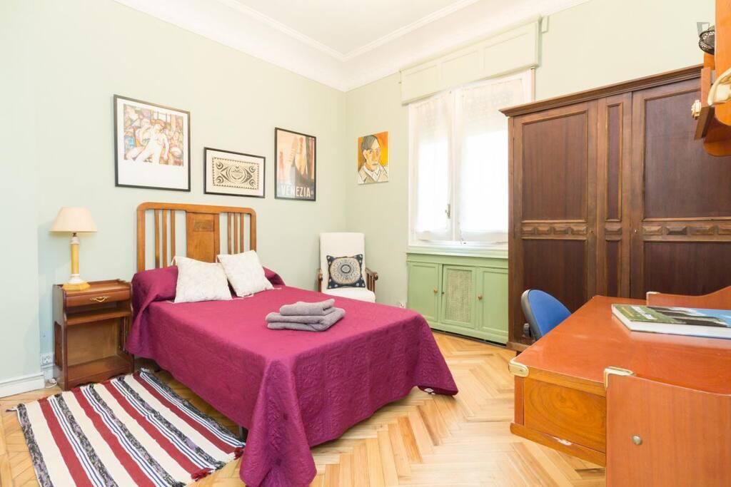 acogedora habitaci n con ba o privado bed and breakfasts for rent in madrid comunidad de. Black Bedroom Furniture Sets. Home Design Ideas