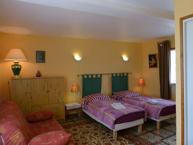 la chambre jaune : lits jumeaux et un canapé convertible