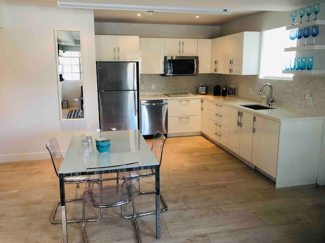 Iconic 2BD/2BA ❤ Walk To Beach ❤ Parking Available