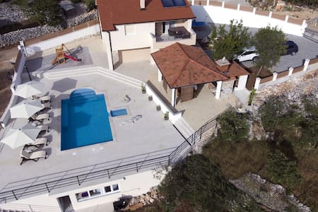 Country villa in Omiš region/4 bedroom+heated pool
