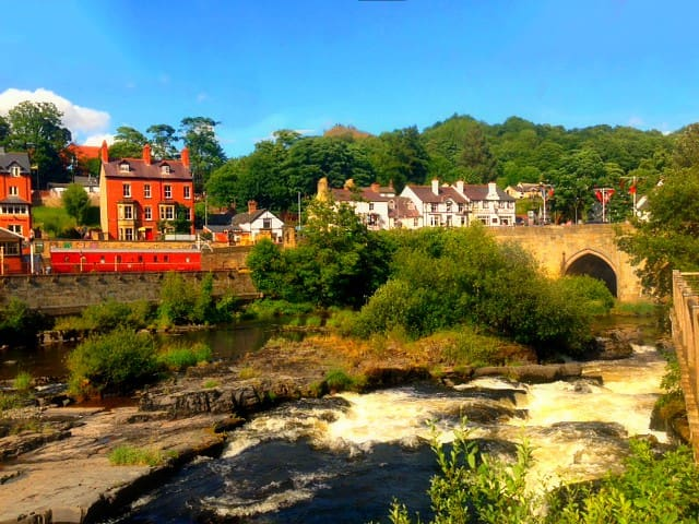 The river is less than a minute away. Your host has info on all the best restaurants, shops, and nightlife in Llangollen.
