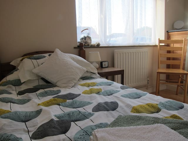 Single en-suite & tv/breakfast room - Hayling Island