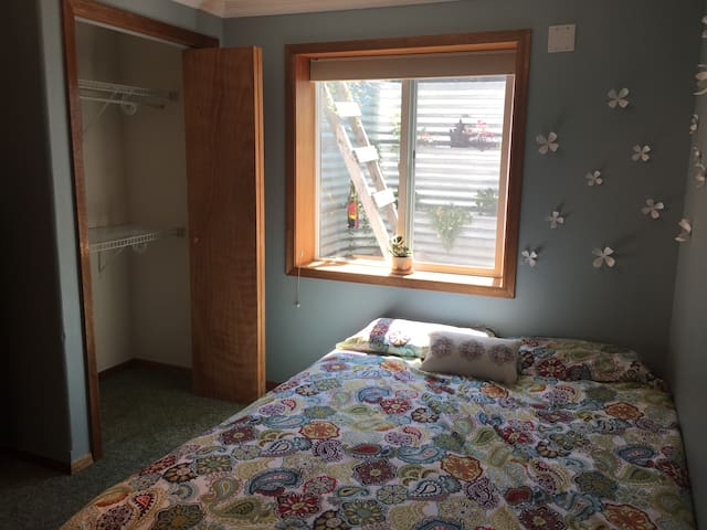 Cozy room in quiet South Hills! - Missoula - Huis