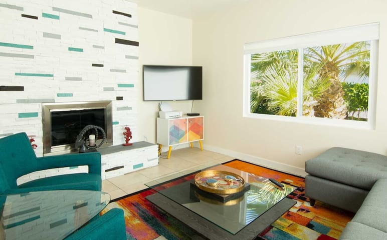 Living room with amenities— smart TV and WiFi.