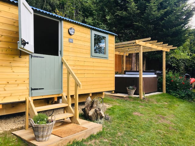 Onny View Shepherd Hut 'Ivy' with Hot Tub