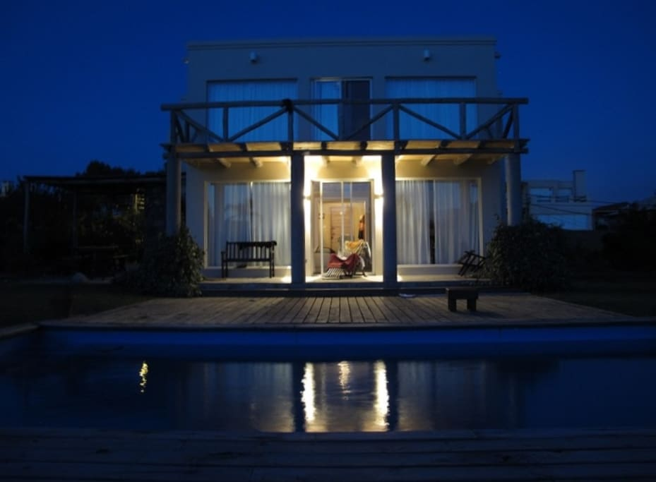 Casa con piscina a mts del mar y de un golf club casas for Apartamentos en torre del mar con piscina