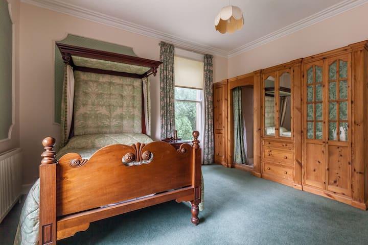 Queen's Quarter Period House- Room 2