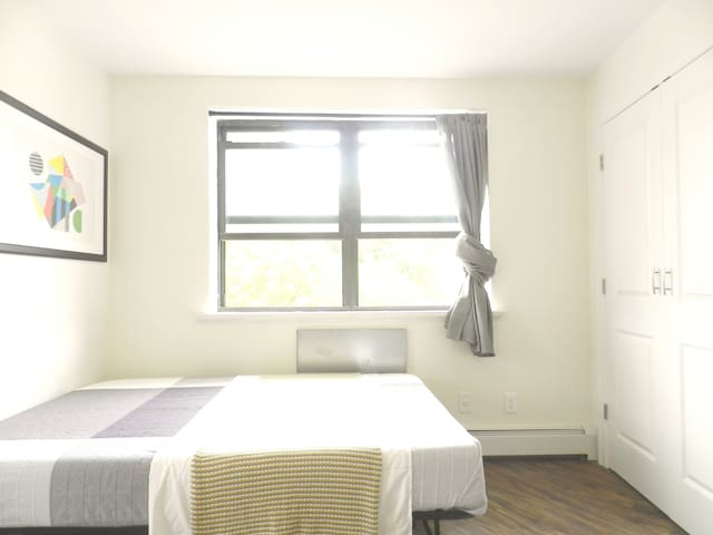 Lux room near train station,  LGA & Manhattan.