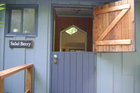 Salal Berry Cottage at the Beach - Cabin