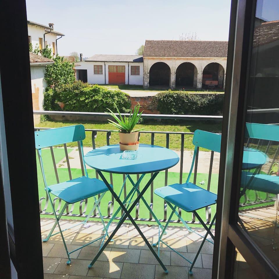 Terrazzino con vista cortile con piscina