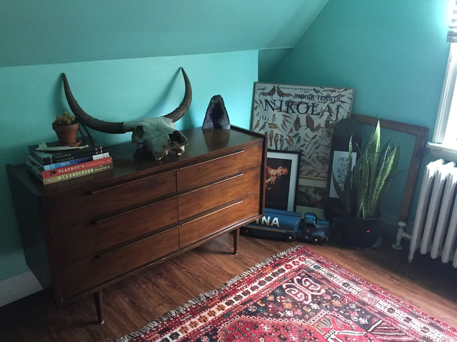 Most of the apartment is furnished through finds found at antique shops or craigslist. You'll notice many books around the apartment as well. You'll find picnic blankets in the cabinet should you want to spend a day in Trinity Bellwoods