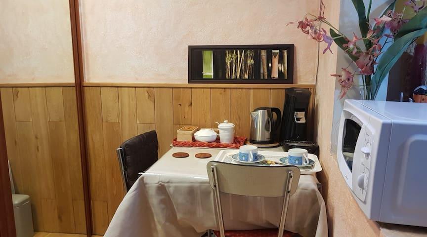 entrée chambre avec table et chaises, bouilloire , cafetière et micro-ondes