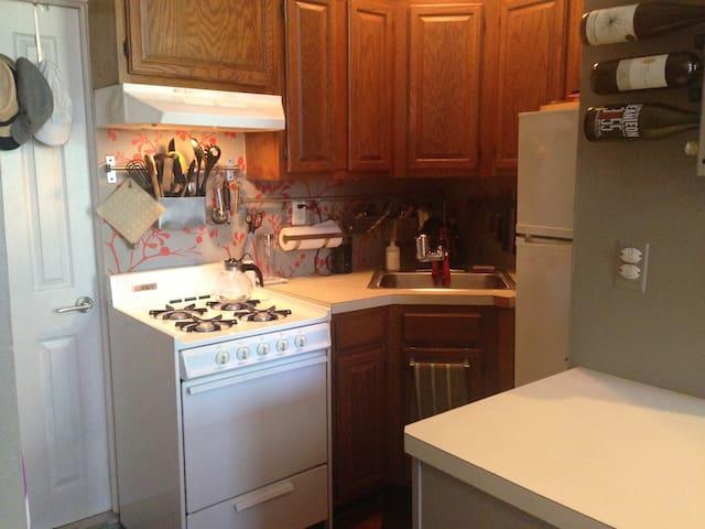 Full Kitchen. Toaster & Blender available.