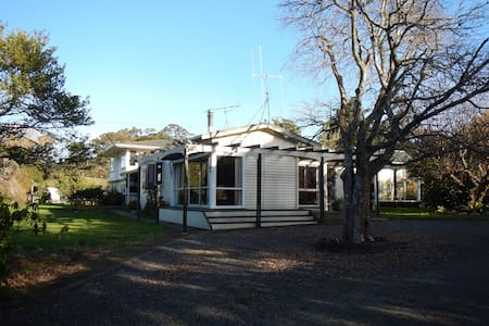 Hillbilly Farm Stay - Waitakaruru - Bed & Breakfast