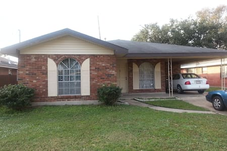 Room in 3 BR house with own bath - Metairie - Maison