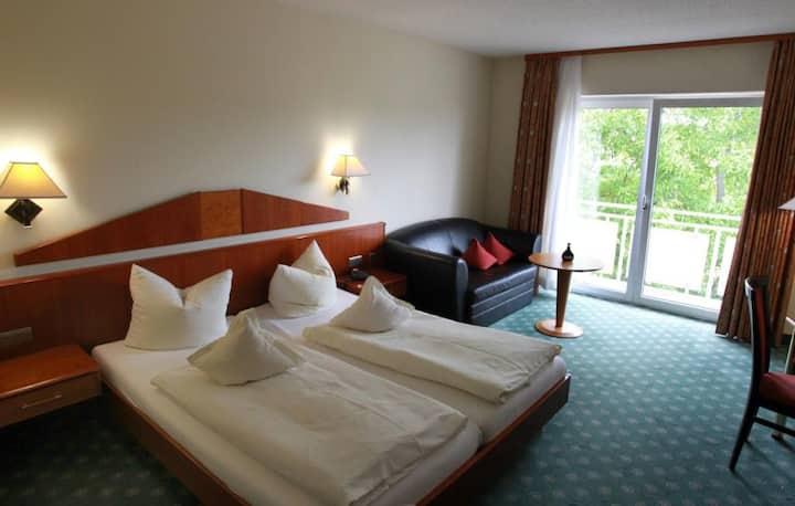 Weinhotel Rose (Volkach), Superior Plus Doppelzimmer mit Balkon und Gartenblick