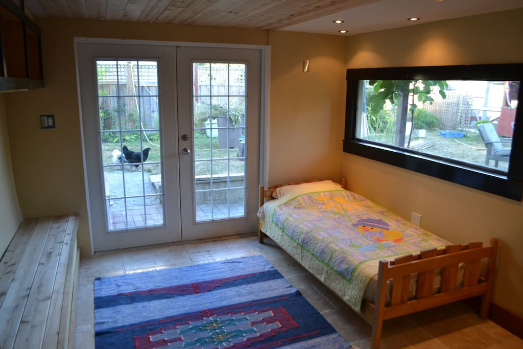 Quiet room close to uvic chambres d 39 h tes louer for Chambre hote canada