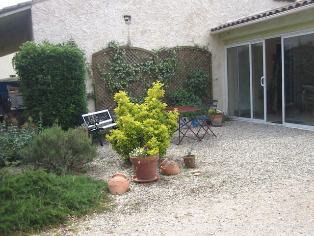 Chambre indépendante sur terrasse couverte - Bédarrides - Dům