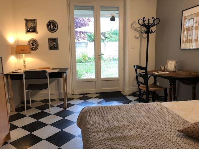 L'accès privatif à la chambre, avec coin bureau et table pour le repas, dans un joli cadre et son jardin accueillant sans oublier la terrasse