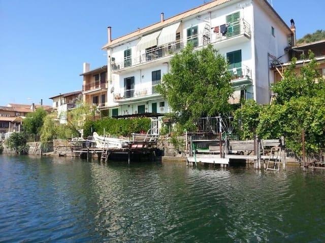 Holiday house by the lake with amazing view - Trevignano Romano - Apartamento